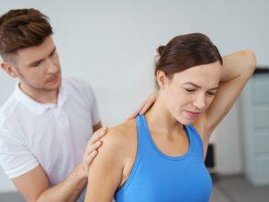 arts behandelt rug van een patient